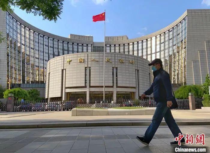 资料图:一名行人从中国人民银行前经过。中新社记者 张兴龙 摄