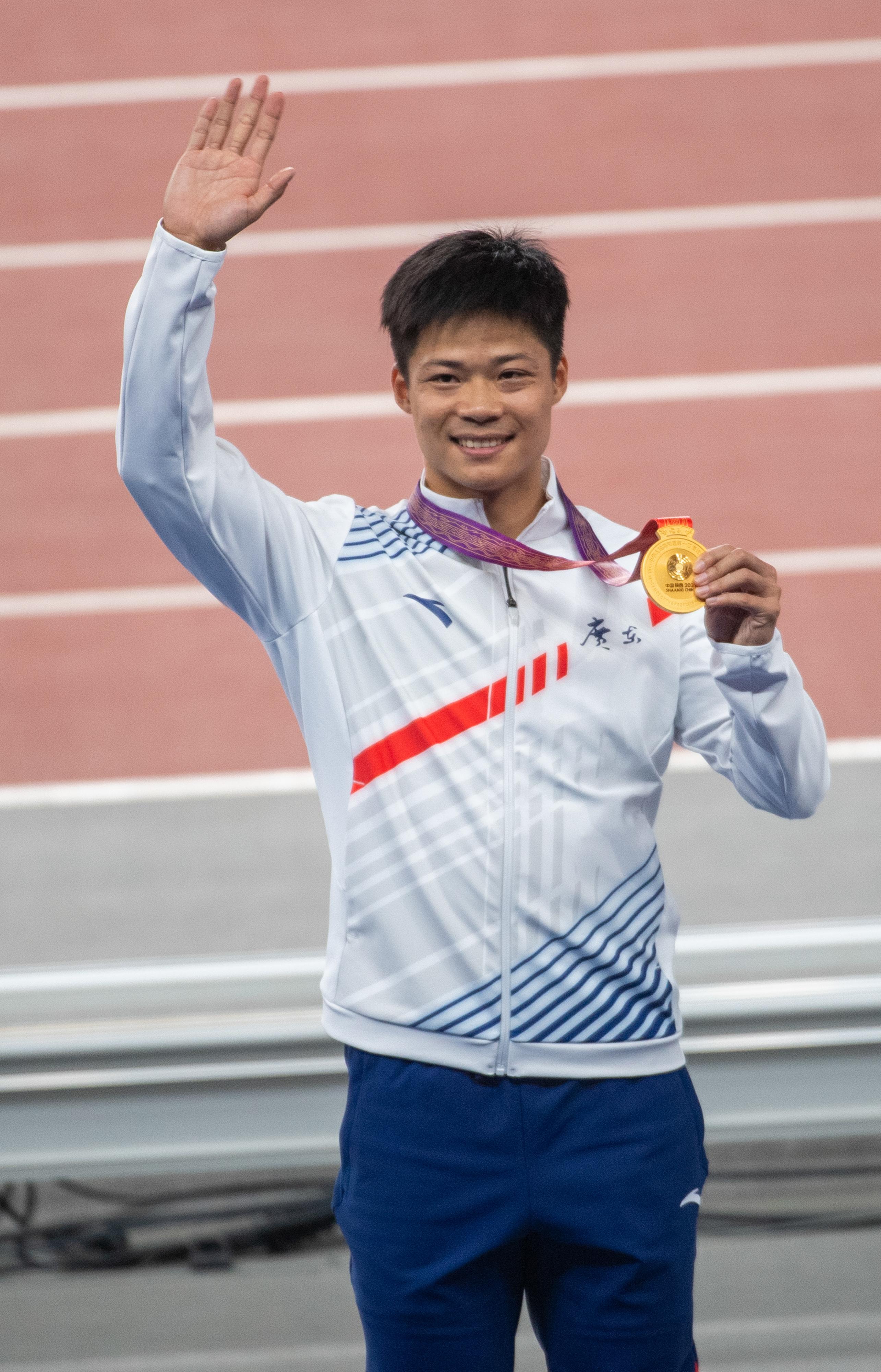 苏炳添展示全运会百米金牌。