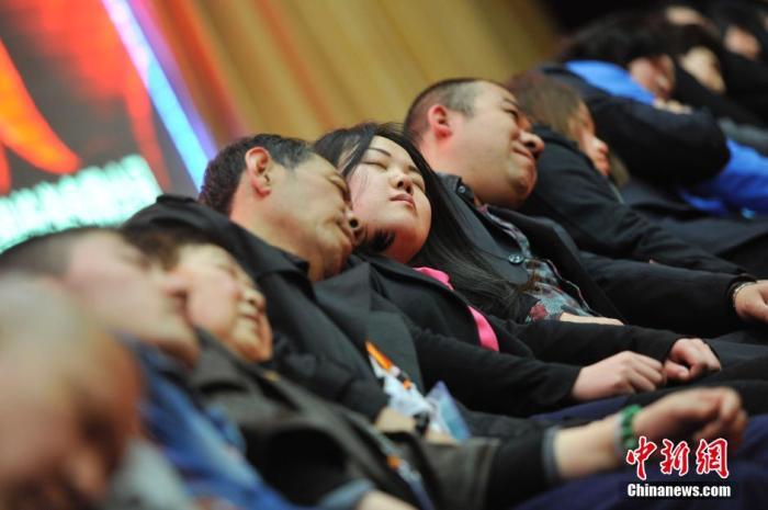 """3月21日,山西太原,民众在专业催眠师的引导下睡觉,释放压力。当日是第十四个世界睡眠日,中国将这一年的世界睡眠日主题确定为""""健康睡眠,平安出行""""。中新社发 韦亮 摄"""