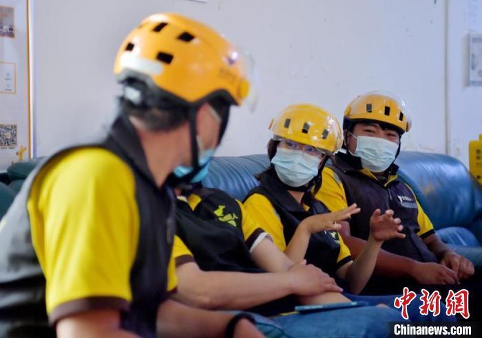 """在苏日嘎拉图所在的工作站,还有四名聋哑外卖员,他们组成了""""无声骑士团""""。 张瑶 摄"""