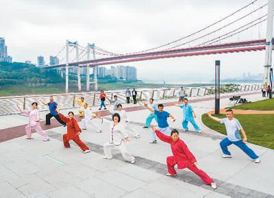 市民在重庆九龙坡区九龙滩广场晨练。记者 崔佳摄