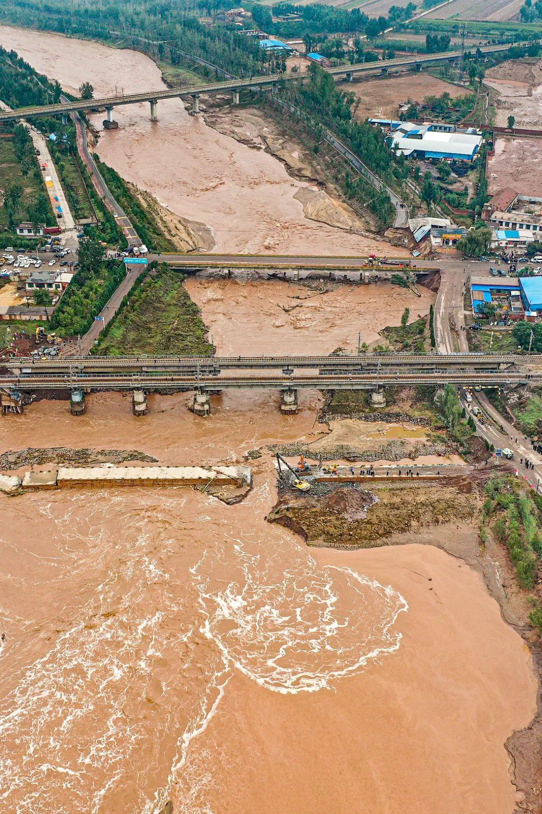 山西晋中昌源河大桥桥台被冲垮,铁路双向中断。 经过紧急抢险,上行线已经可以通车。 图/人民视觉