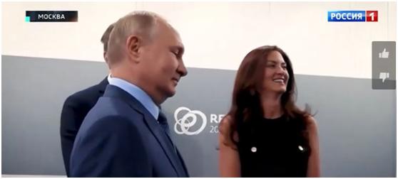(美国女记者被普京的回应逗笑,图源:俄媒视频截图)