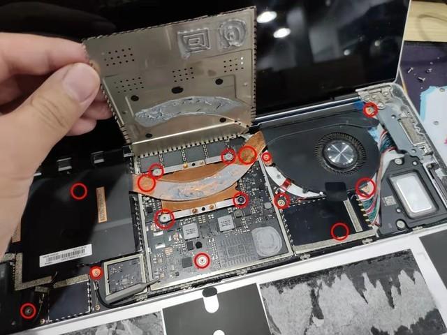 这只是一部分的主要需要拆掉的螺丝,想要把主板拿下来还需要拆屏幕和其他部位