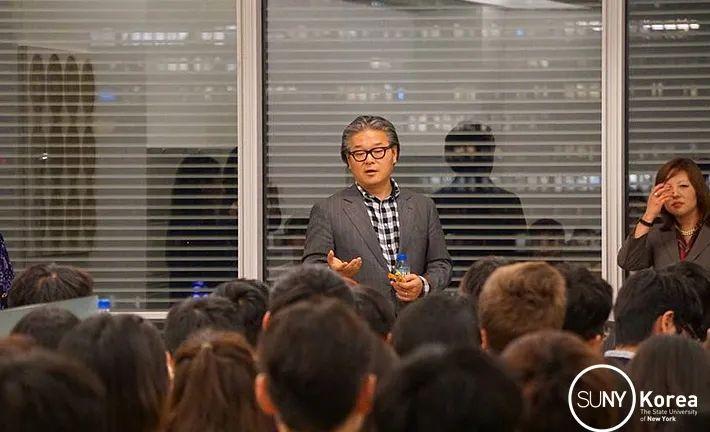 Bill Hwang跟访问者交流,2017年