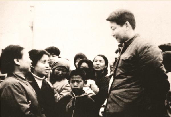 1983年,时任中共正定县委书记的习近平同群众交谈。