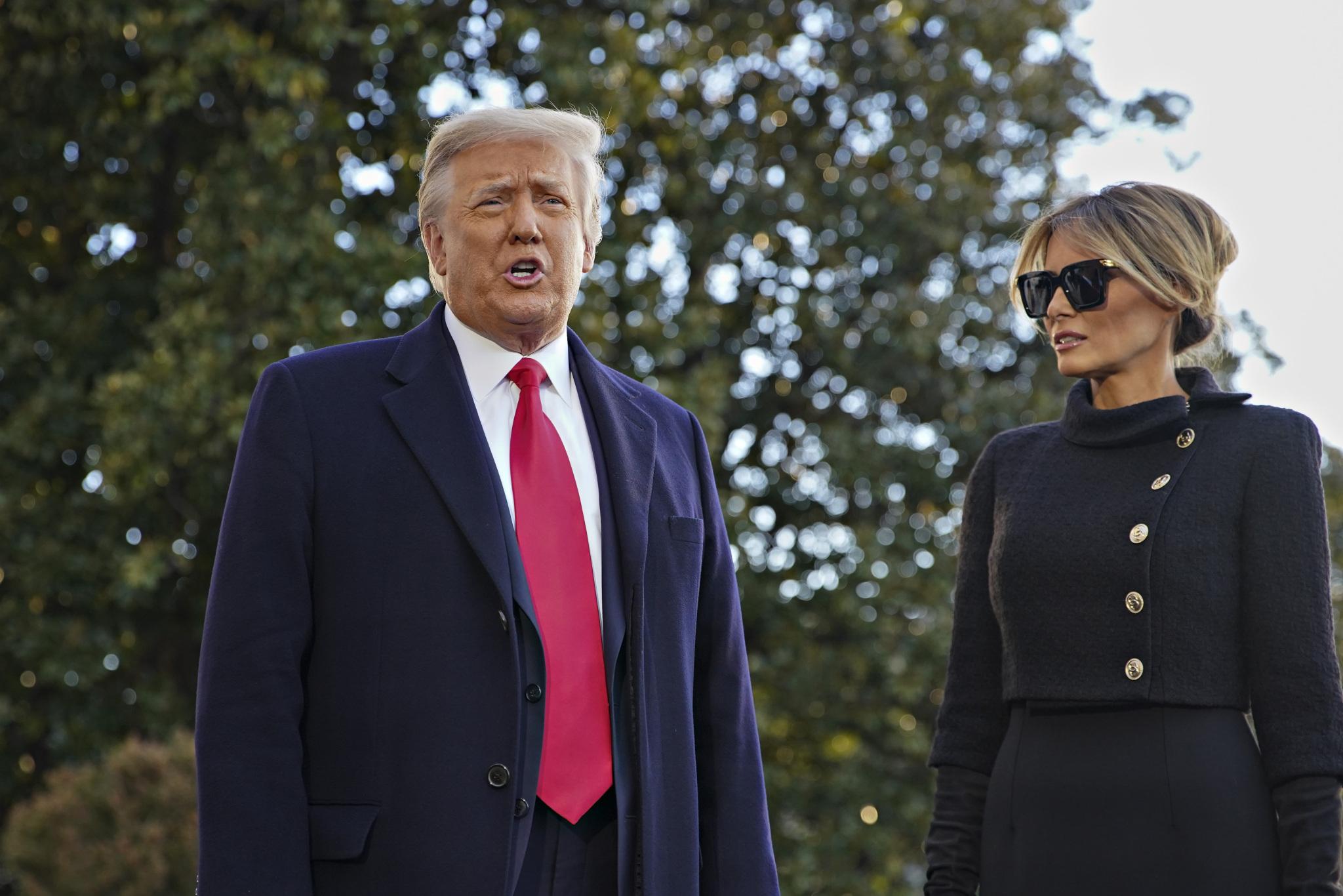 當地時間2021年1月20日,美國華盛頓,即將卸任的美國總統特朗普和第一夫人梅拉尼婭在搭乘飛機前往安德魯斯基地前對媒體講話。