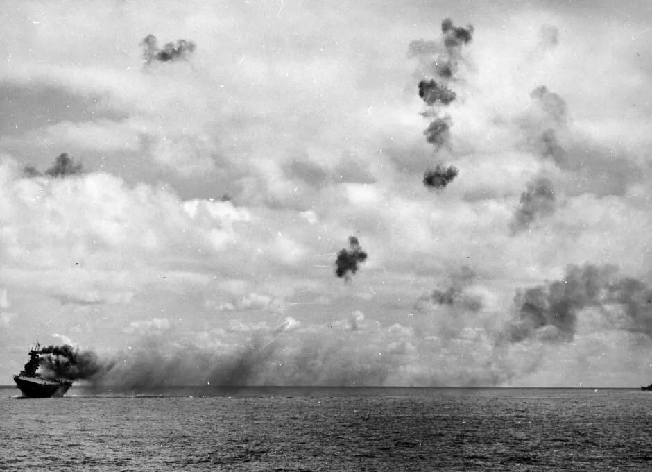 上图_ 约克城号航母 被击中 1942年