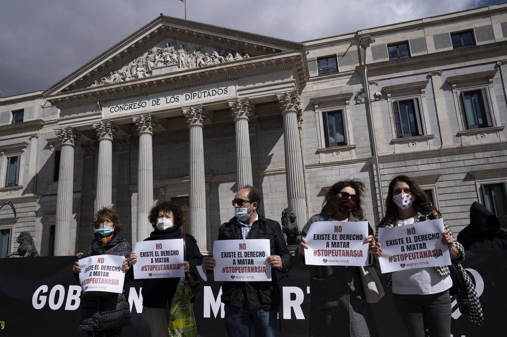 当地时间2021年3月18日,西班牙马德里,反对安乐死的示威者在西班牙议会外抗议。