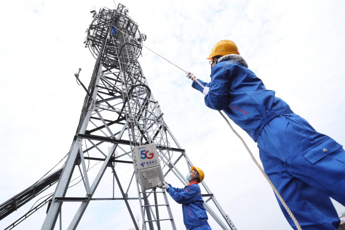 中国电信上海公司工作人员加紧建设千兆5G网络