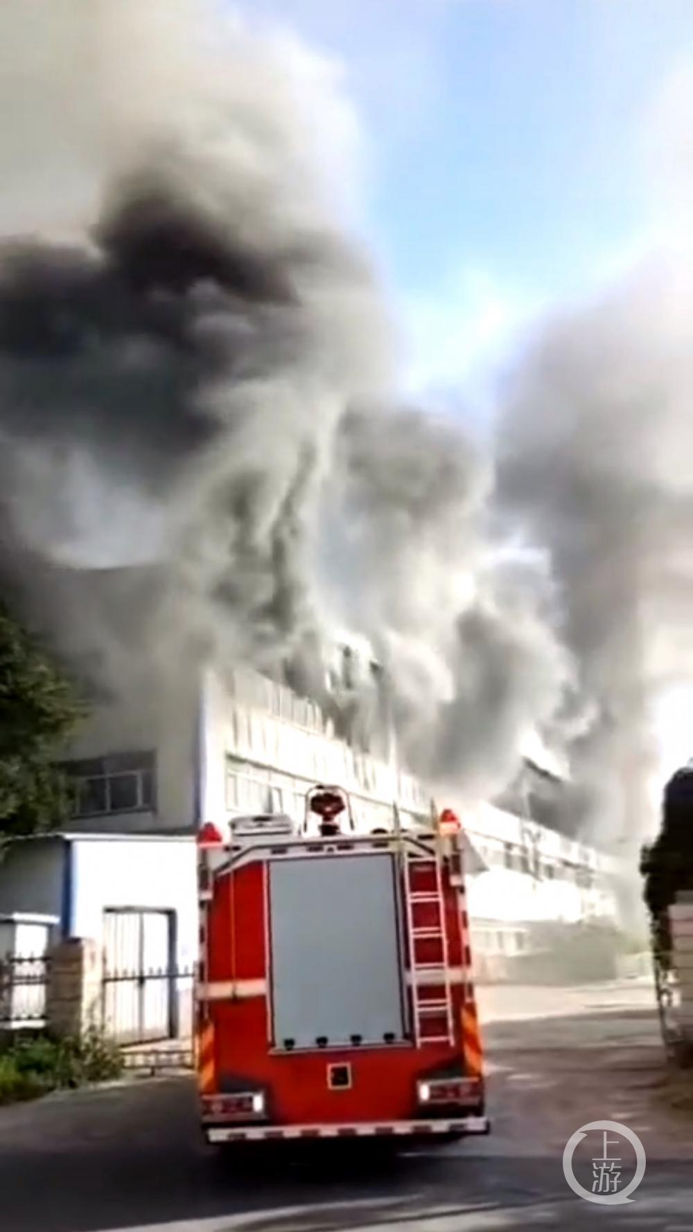 ▲7月24日下午,长春市净月高新科技产业开发区的一物流仓库起火,火灾现场浓烟滚滚。图片来源/目击者提供