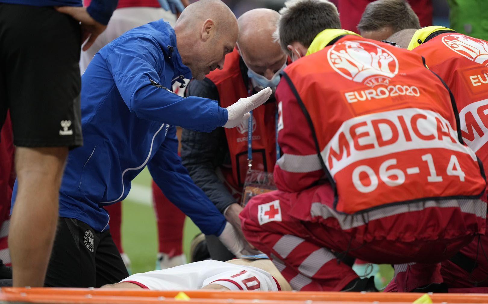 丹麦球星埃里克森在比赛中突然昏迷倒地。图/IC PHOTO