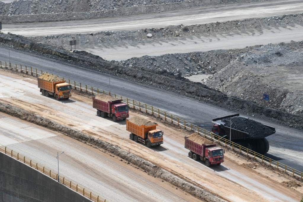 卡车在内蒙古鄂尔多斯市准格尔旗黑岱沟露天煤矿内作业(5月26日摄)。新华社记者 贝赫 摄
