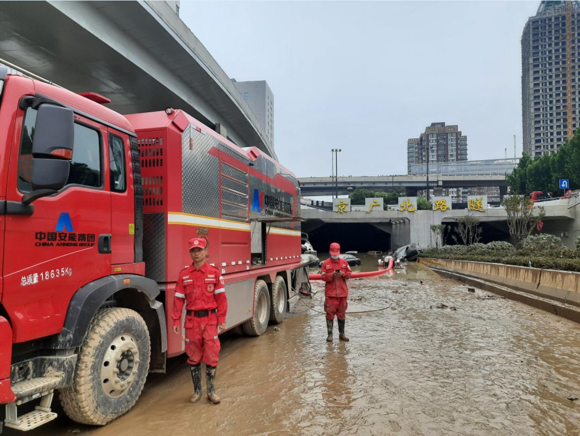直击京广隧道救援 负责人员表态不拖出全部车辆决不收兵