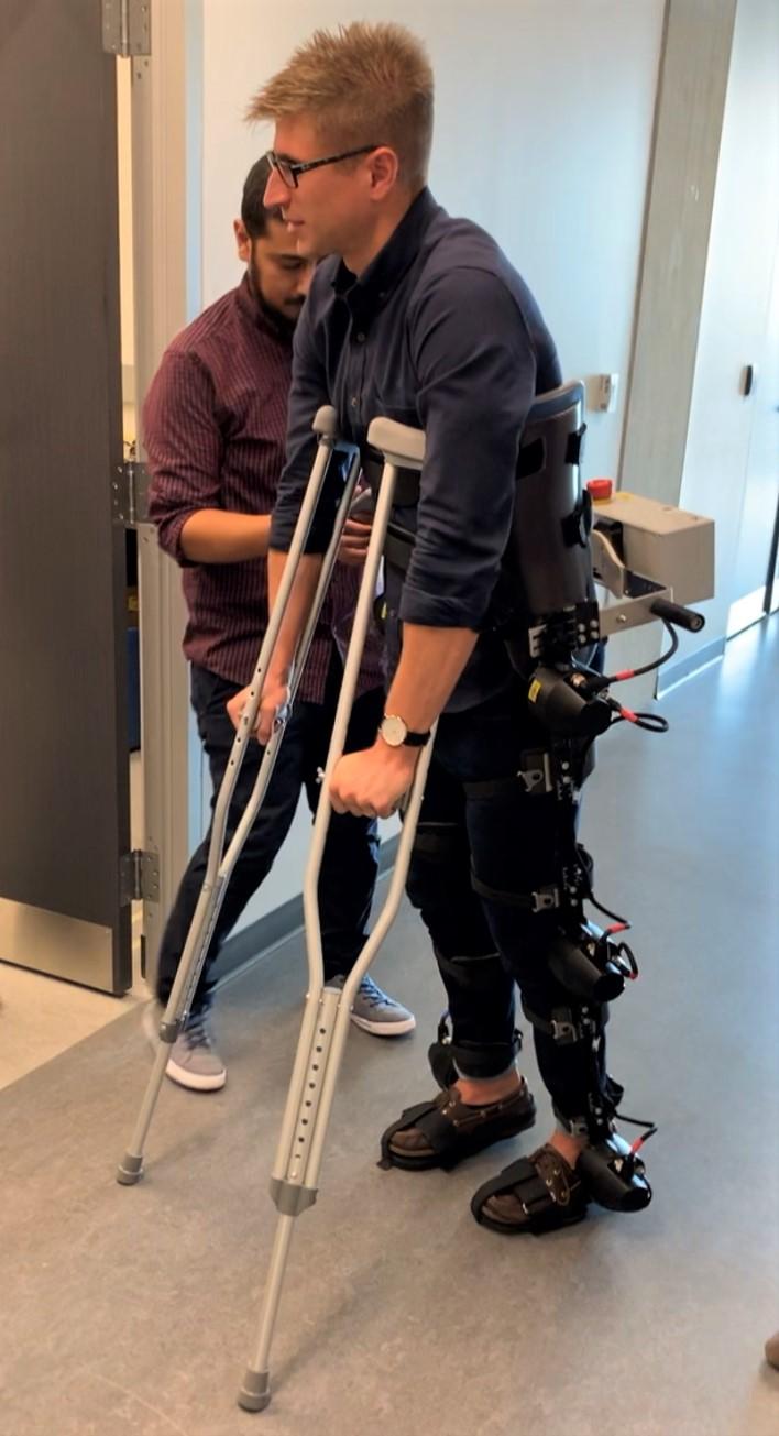 """科学家利用人工智能改进假肢:能实现""""自主行走"""""""