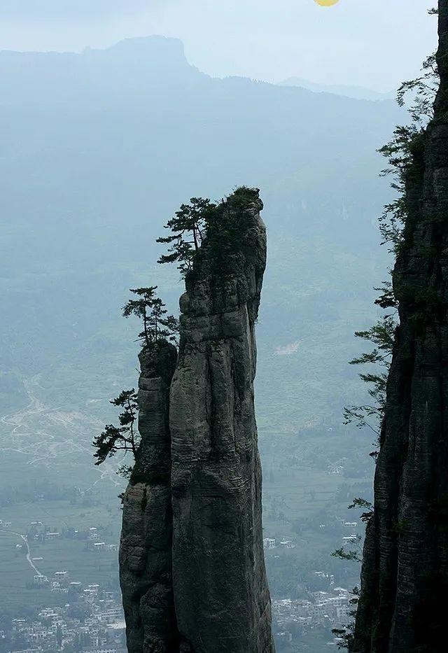 △高达150米的狭长石柱/wikimedia