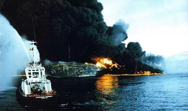 被导弹击中后海上巨人号燃起熊熊大火