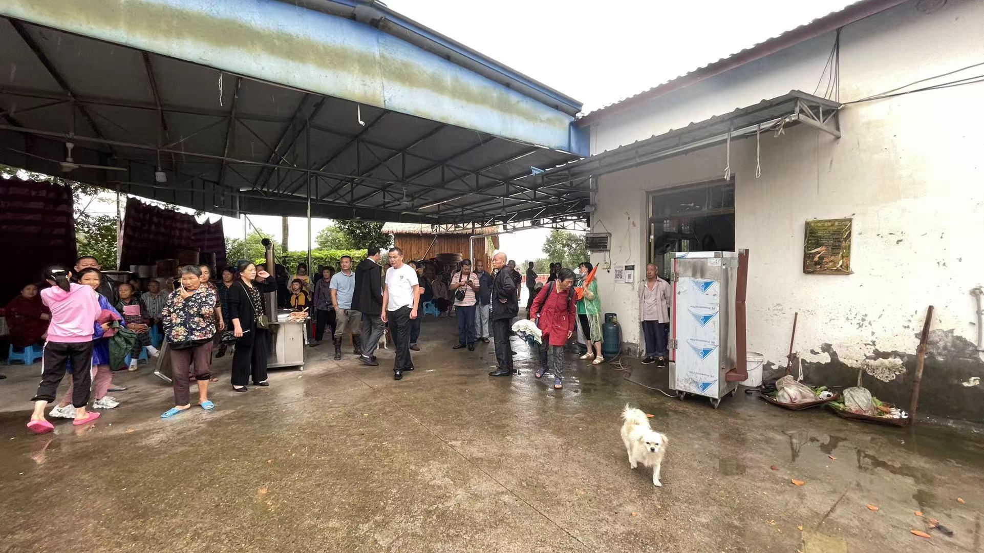 團山堡村不少村民到附近一處農家樂避難。澎湃新聞記者 何利權 攝