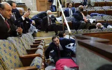 """国会""""沦陷"""",议员们都吓坏了,不少人匍匐在地"""
