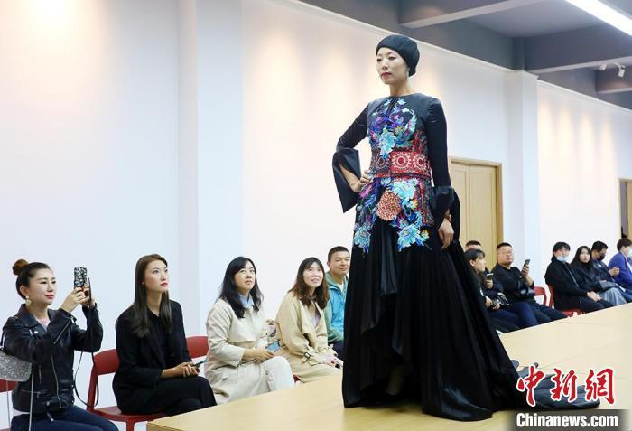 """民族服饰上的精美绣片,是东乡绣娘以""""平绣""""、""""彩绣""""、""""剁花""""等传统手艺制作而成。 高展 摄"""