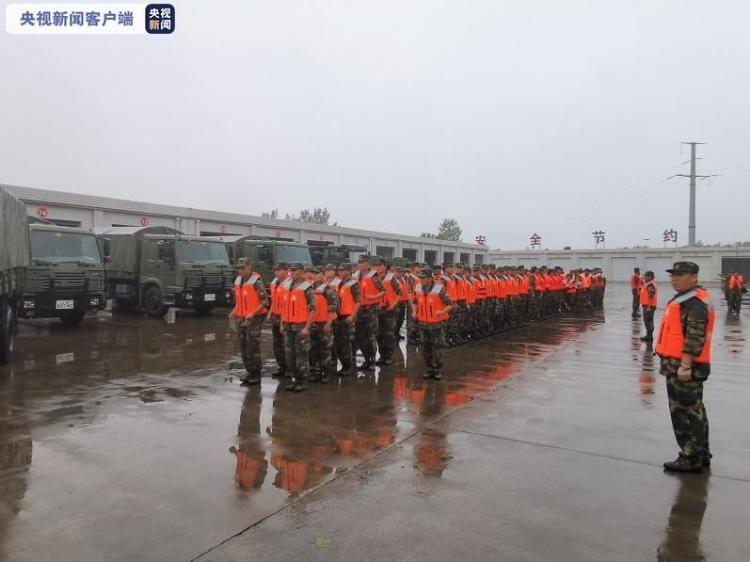 驻豫火箭军某部近200人携带皮划艇、救生衣、锹、镐等必要救生器材完成集结,奔赴郑州抢险救灾 央视新闻客户端