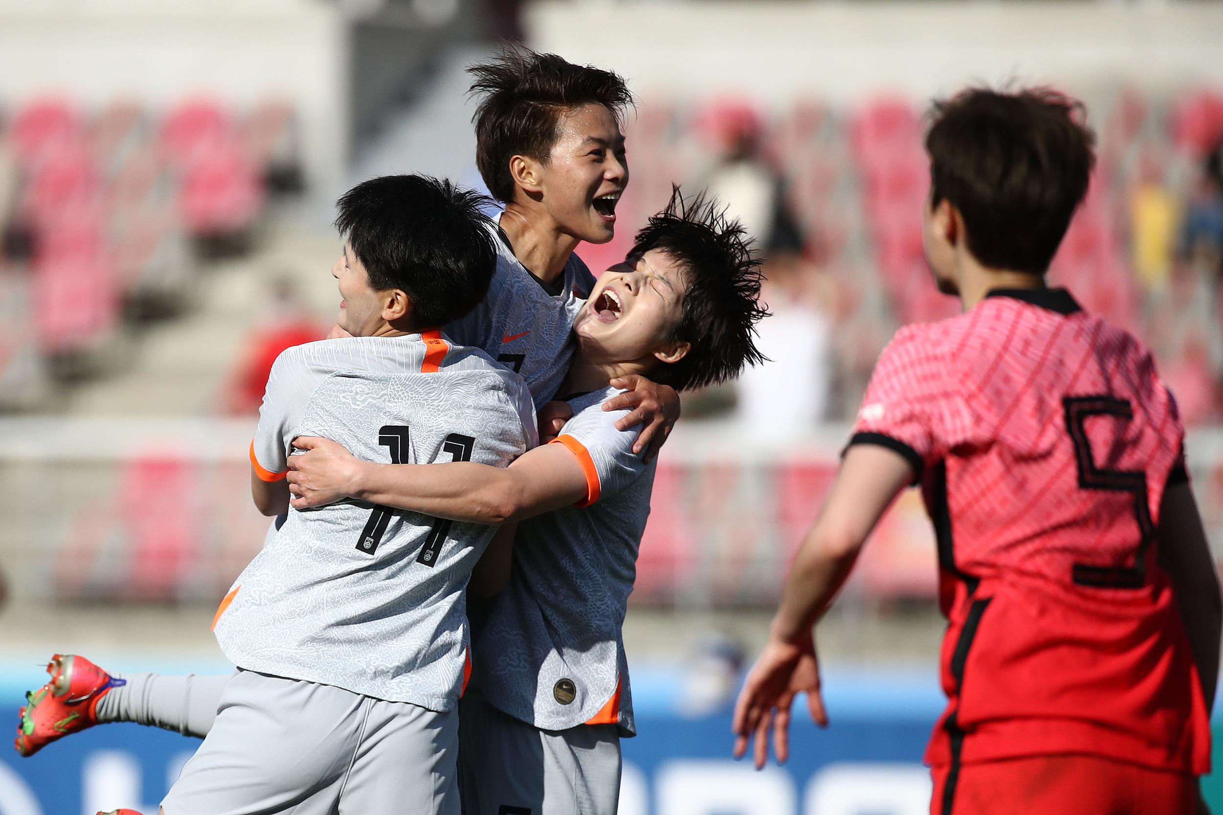 中国女足球员庆祝进球。
