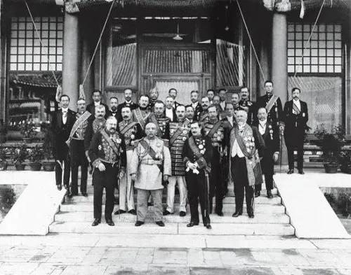 ▲1913年,袁世凯正式就任大总统,与各国驻华使节合影。