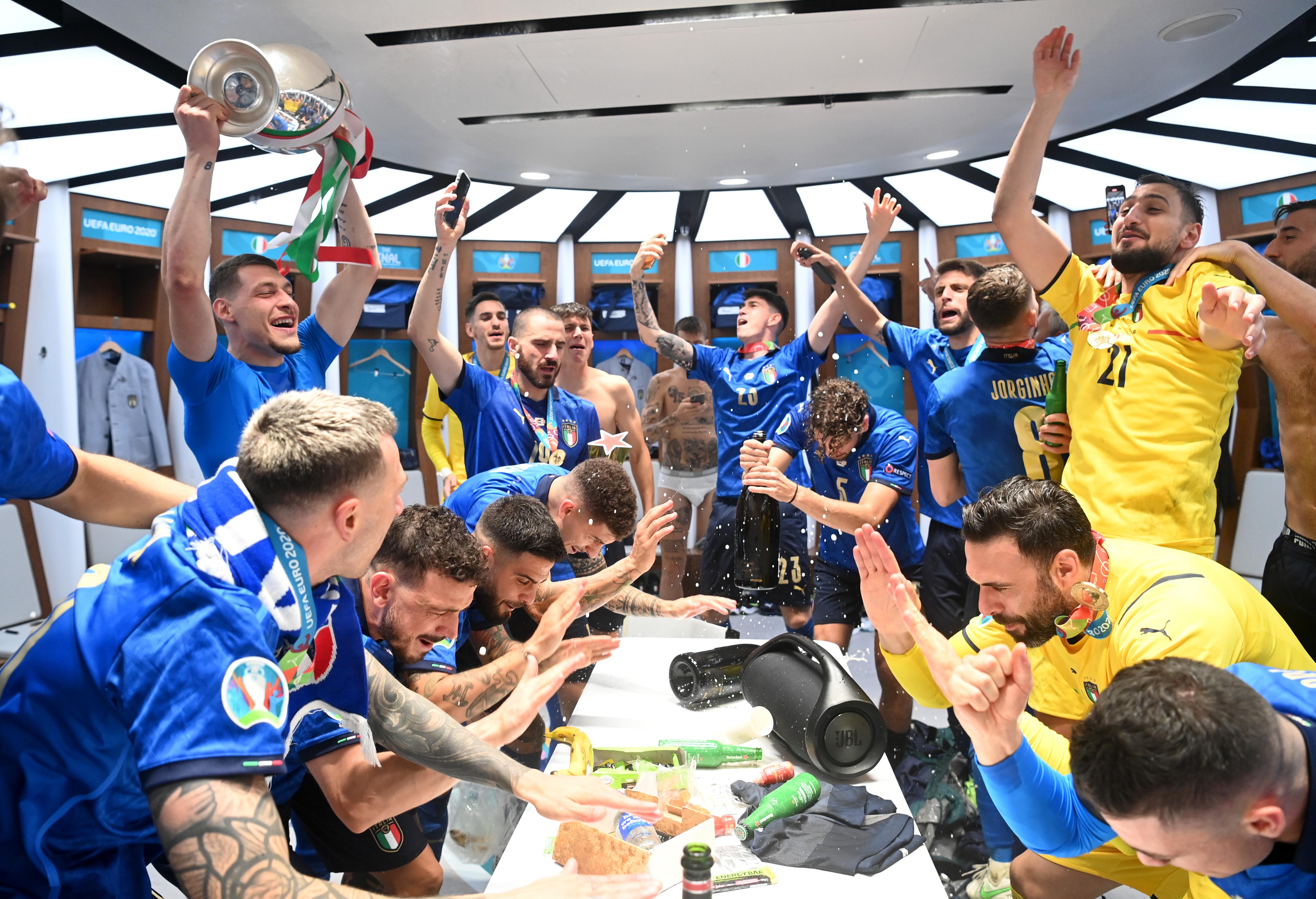 意大利全队在更衣室庆祝。