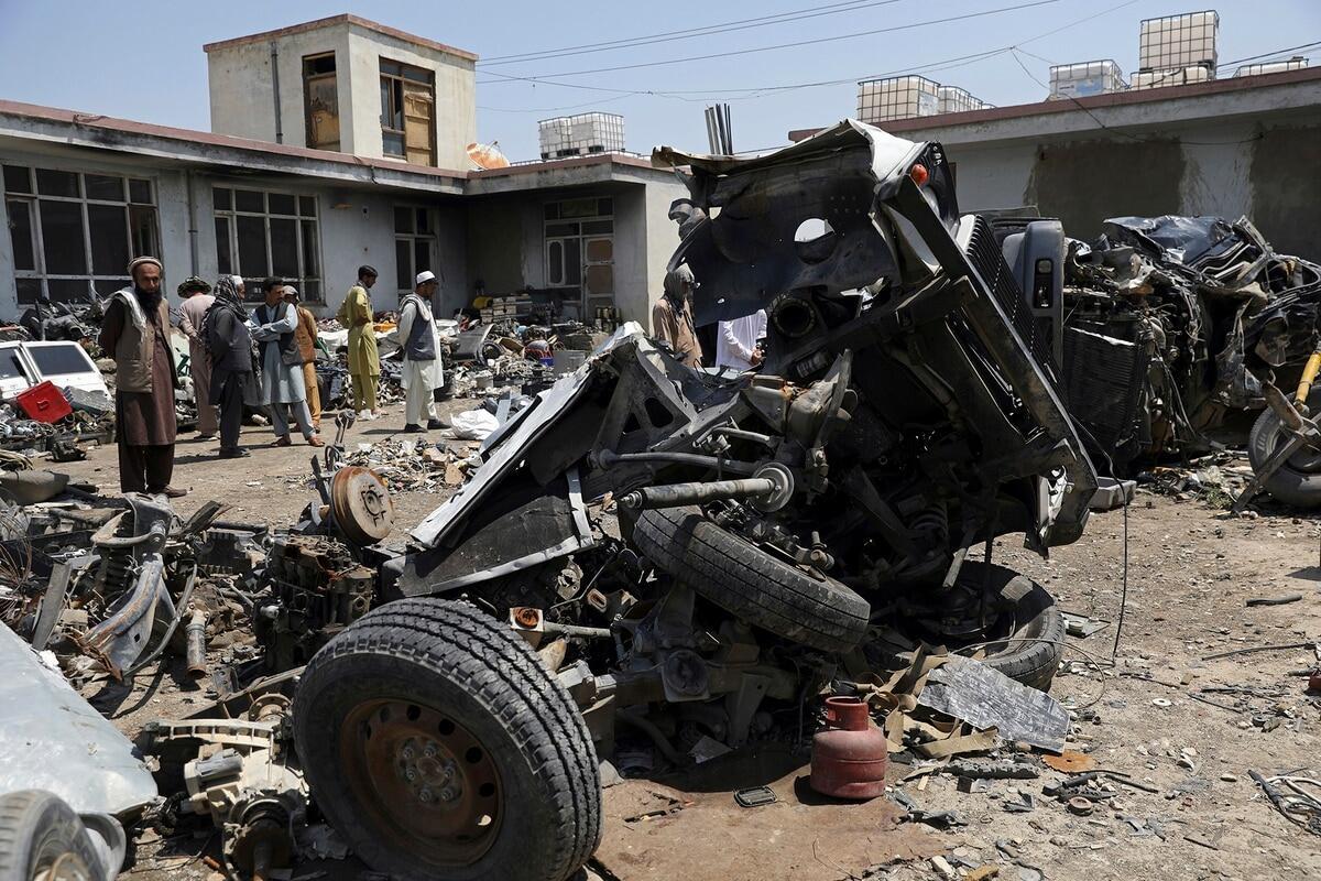 阿富汗废品站里被拆成碎片的美军车辆残骸