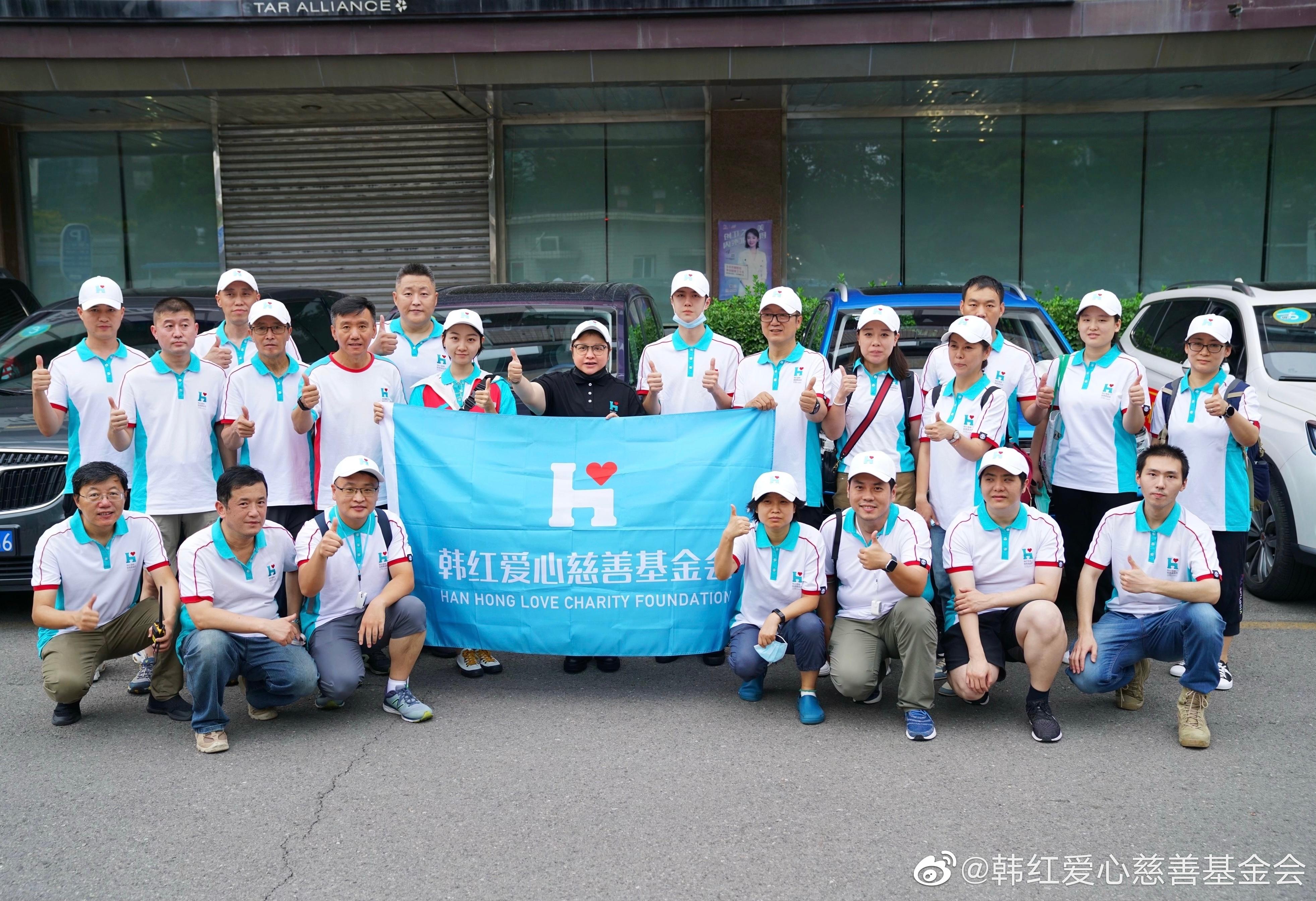 王一博随韩红爱心团队一同前往郑州。