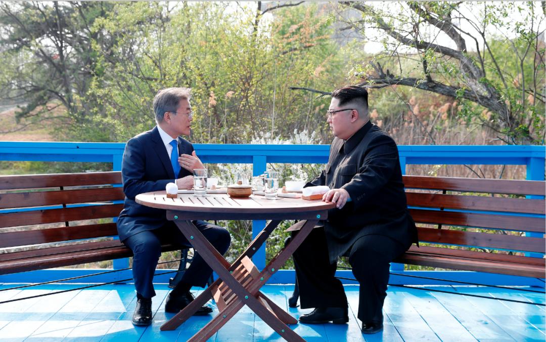 当地时间2018年4月27日,板门店,韩国总统文在寅和朝鲜最高领导人金正恩在板门店进行会面。/IC photo