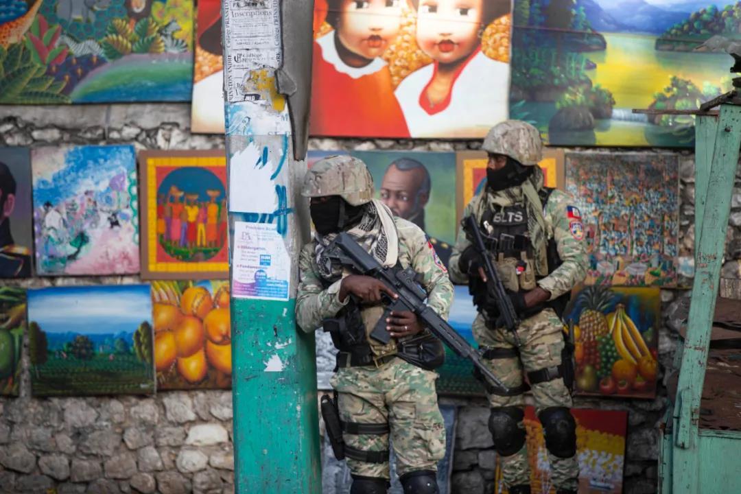 当地时间2021年7月7日,海地太子港,海地总统莫伊兹在私人寓所中遭袭身亡后,士兵在现场附近巡逻。IC photo