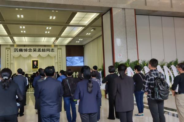 吴孟超院士遗体告别仪式今天上午在上海举行,民众冒雨前来送别插图(2)