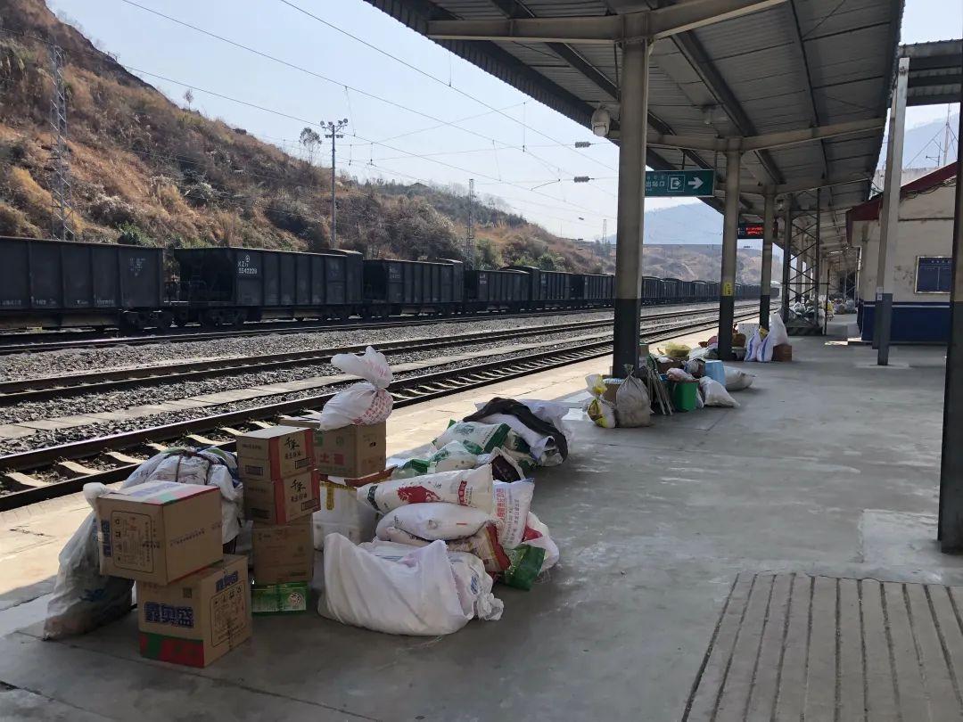 为了让彝族老乡可以在火车停靠时间内搬完货物,冕宁站会提前开放站台,让老乡先把货物堆在车门前。新京报记者 韩沁珂 摄