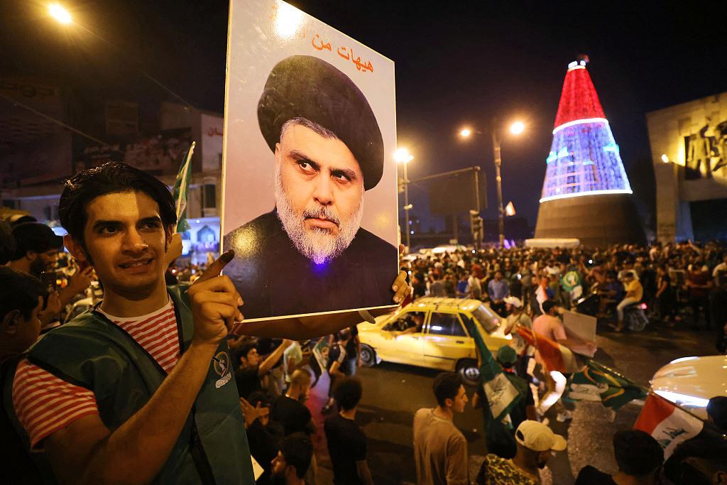 当地时间2021年10月11日,伊拉克巴格达,巴格达举行伊拉克议会选举结果的新闻发布会。结果公布后,伊拉克什叶派宗教领袖穆克塔达·萨德尔的支持者在巴格达解放广场庆祝。