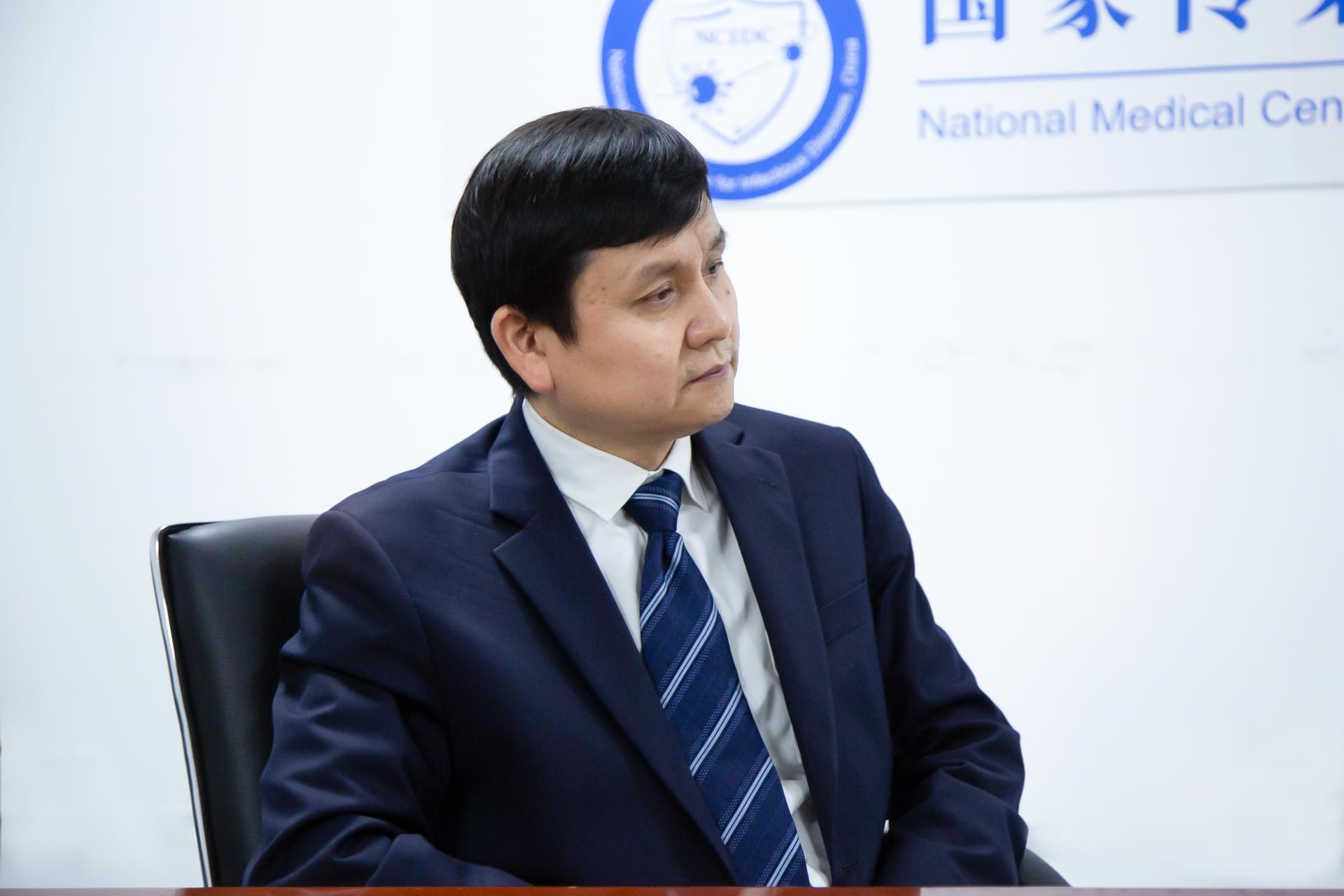 张文宏接受观察者网专访 图源:观察者网