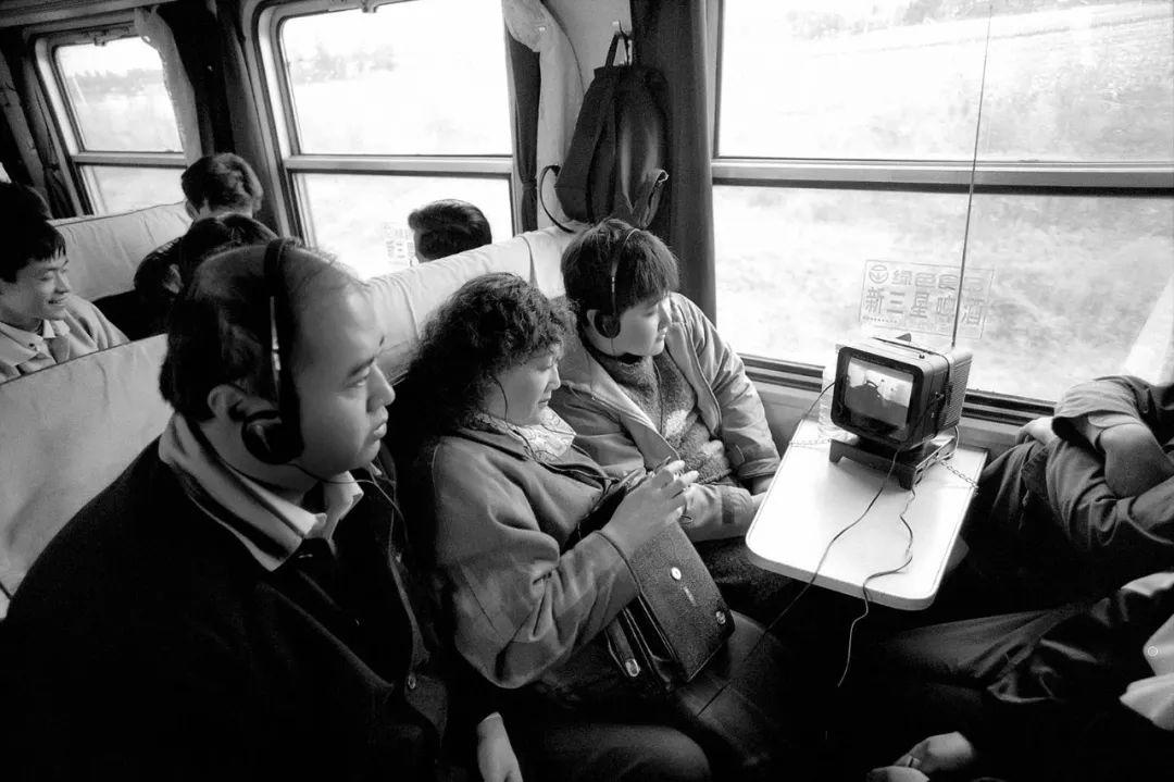 40年前的春运火车 有人围桌打麻将,有人当场生孩子 最新热点 第38张