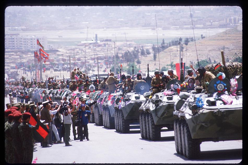 1988年5月15日,苏联开始从阿富汗撤军,9个月内撤出全部军队11.5万人。