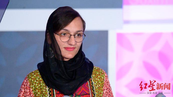 阿富汗唯一女市长称正在逃亡 仍有大批阿富汗民众聚集在喀布尔机场附近