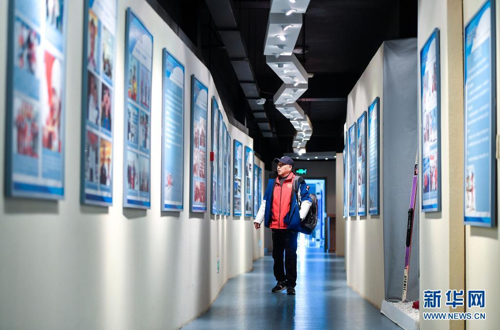 赵伟昌在吉林省冰雪运动展览馆内参观(3月30日摄)。新华社记者 许畅 摄