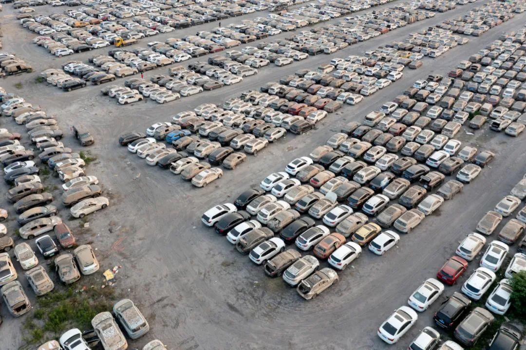 ▲ 郑州东区等待拍卖的泡水车停车场。