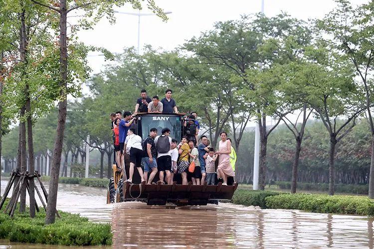 ▲7月21日,郑州,挖掘车转移被困东四环主路上的市民。新京报记者 王飞 摄影报道 编辑 张英 校对 卢茜