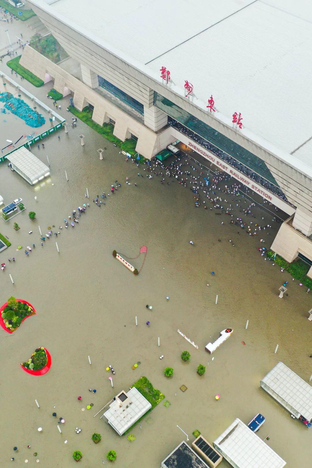 ▲ 7月20日,被内涝包围的郑州东站,目前内涝已逐渐退却。摄影/焦潇翔