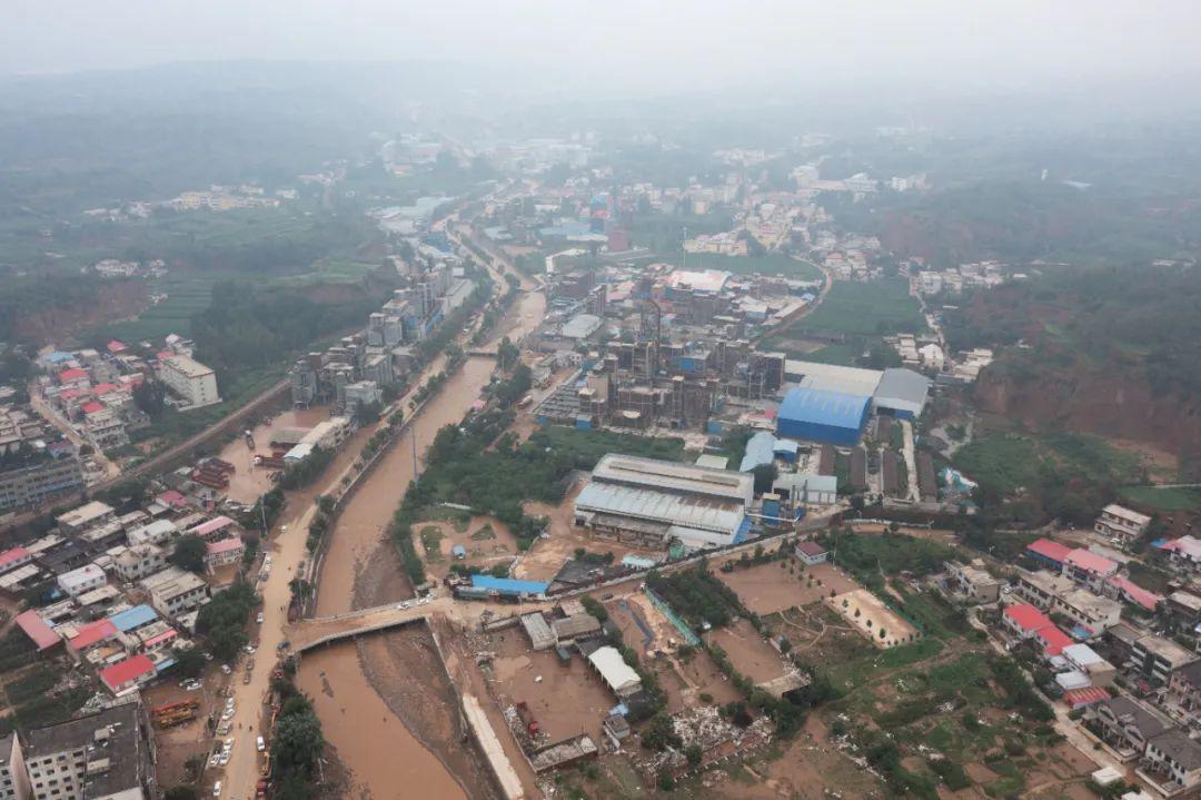 🔹图为航拍灾后的米河镇。(无人机拍摄)中新社记者 李超庆 摄