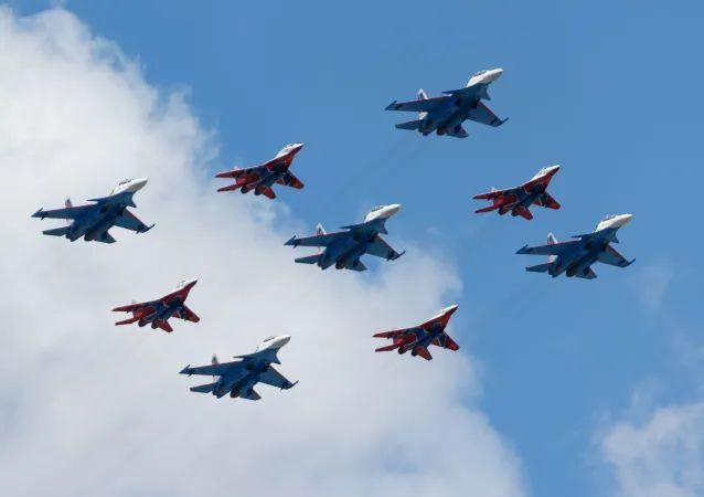 """""""库宾卡钻石"""",由""""俄罗斯勇士""""和""""雨燕""""飞行表演队驾驶""""苏-30SM""""和""""米格-29""""组成。"""
