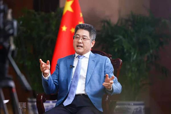 中国外交部副部长乐玉成接受采访 中国论坛摄