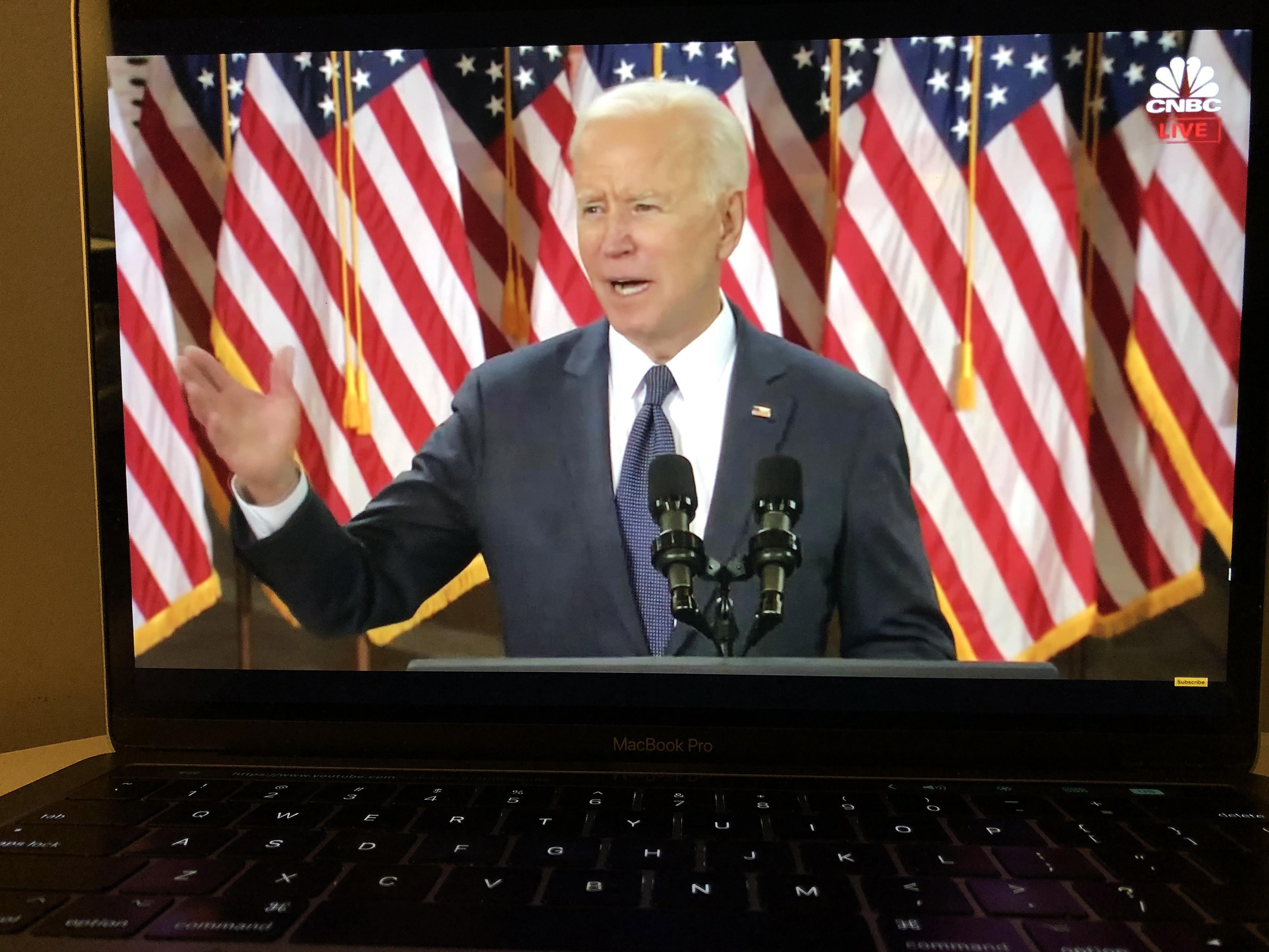 3月31日拍摄的视频直播画面显示,美国总统拜登在宾夕法尼亚州匹兹堡市发表讲话。拜登当日宣布一项总额约2.25万亿美元的基础设施建设一揽子计划,并表示希望国会今年夏天批准该计划。新华社记者刘杰摄