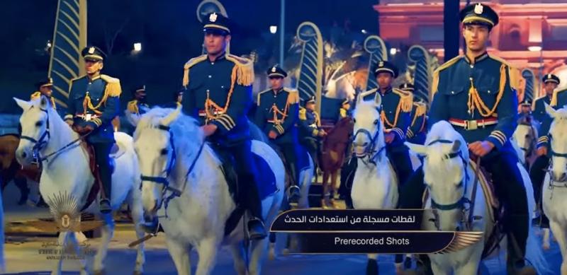 军官骑白马走游行路