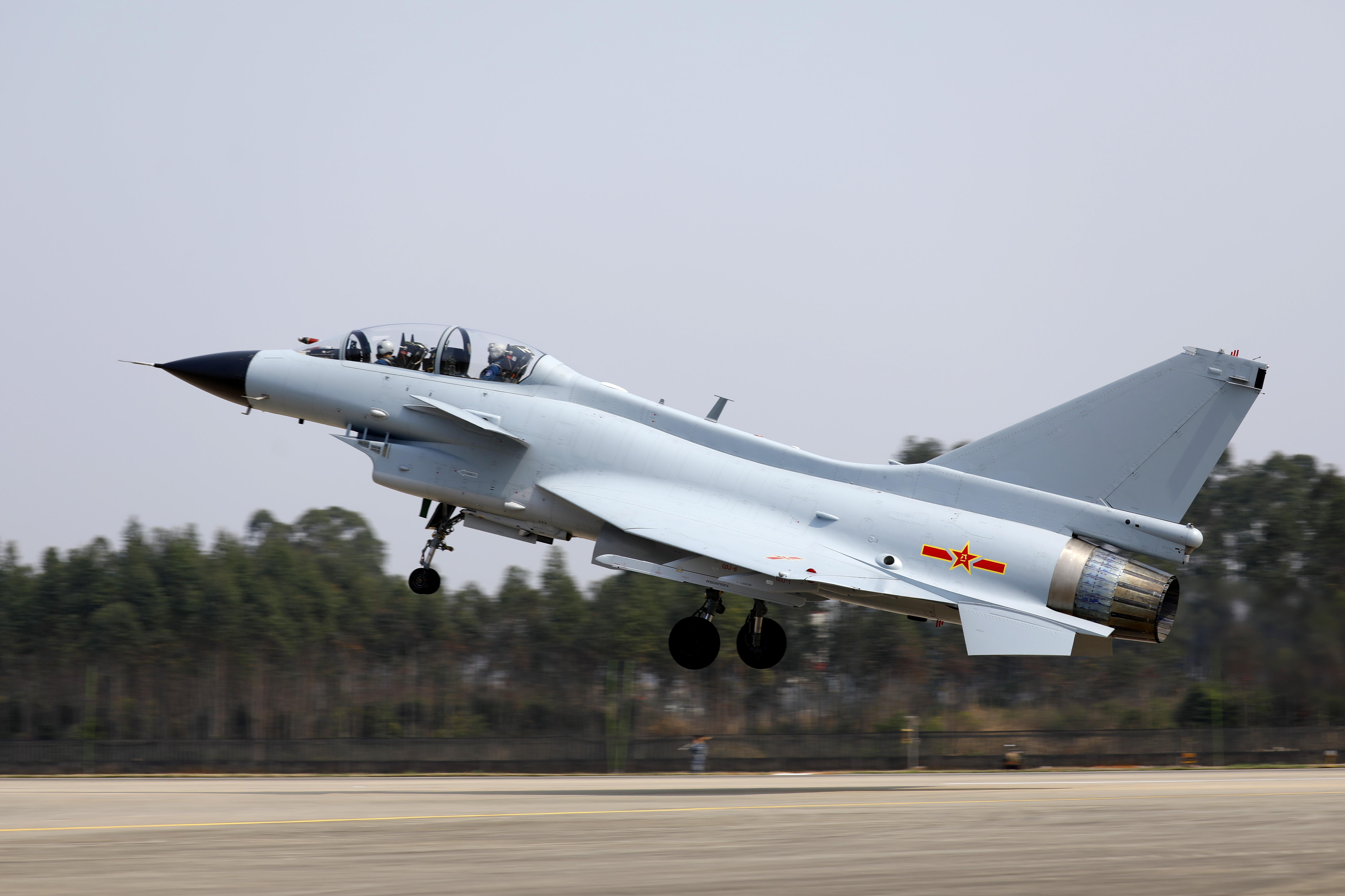 ↑2月23日,复飞重返战位的一等功空军飞行员王建东与搭档、副旅长黄宏亮首批首架起飞。彭程 摄