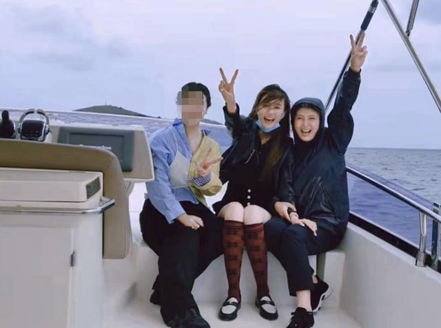 闫学晶儿媳徐梦迪在自己的社交媒体上晒出一段自家人出海游玩的视频